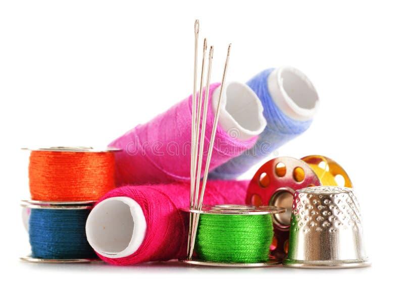 Download Samenstelling Met Kleermakersnaalden En Draden Over Wit Stock Afbeelding - Afbeelding bestaande uit riool, sewing: 39110255