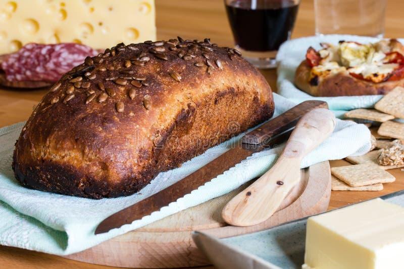 Brood, salami, kaas en wijn royalty-vrije stock fotografie