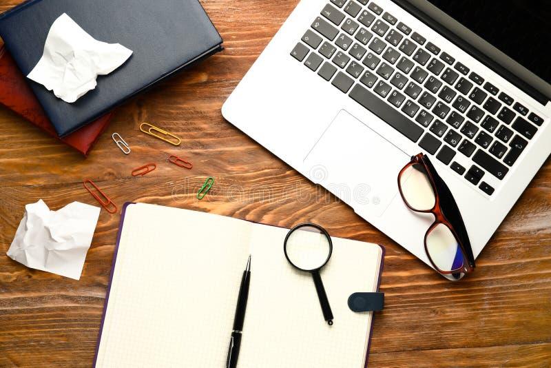 Samenstelling met laptop en notitieboekje op houten lijst Concept studie stock foto's