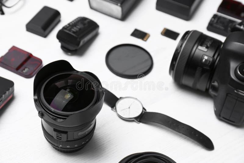 Samenstelling met materiaal voor professionele fotograaf stock afbeeldingen