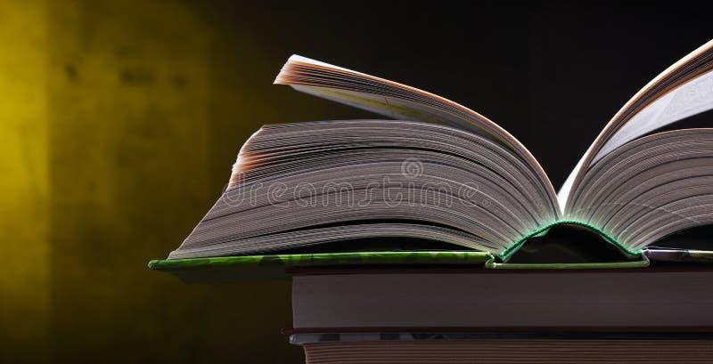 Samenstelling met open boek op de lijst royalty-vrije stock afbeeldingen