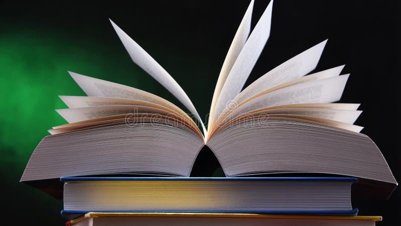 Samenstelling met open boek op de lijst stock foto