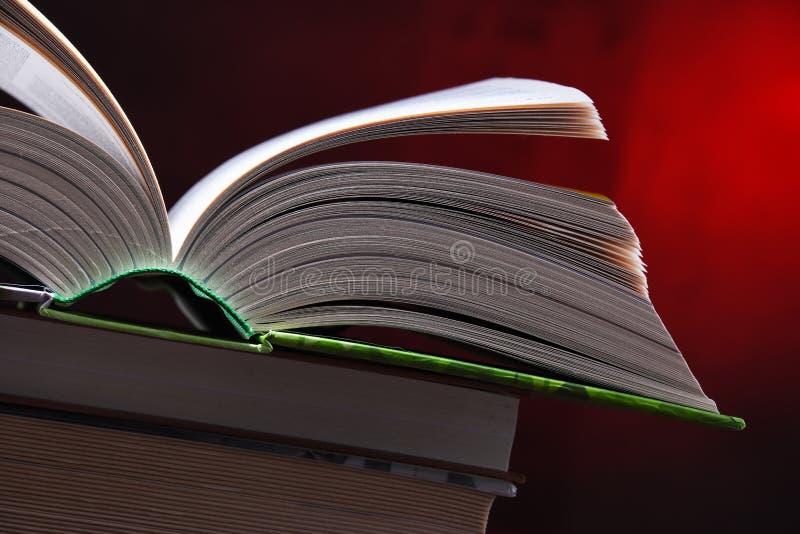 Samenstelling met open boek op de lijst stock afbeelding