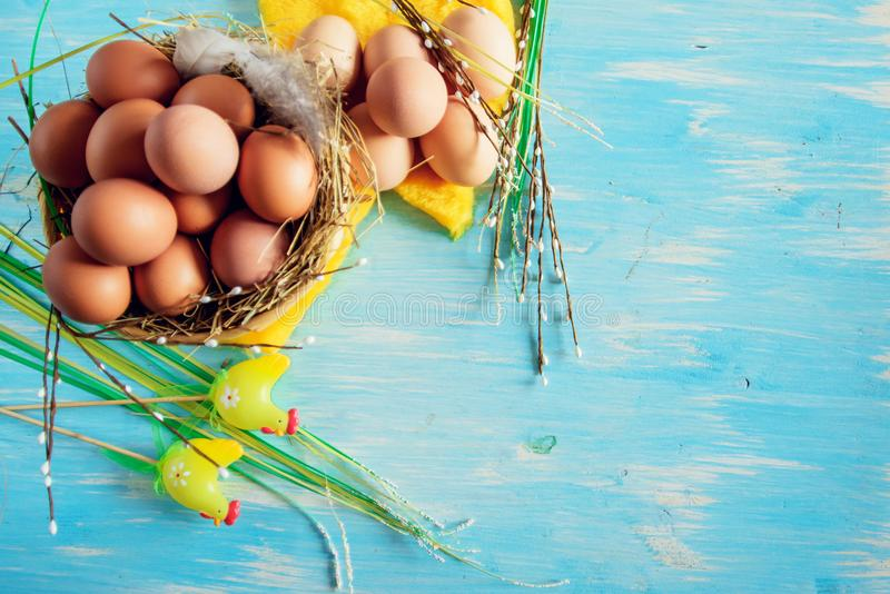 Samenstelling met paaseieren in het nest, het decor, de voorbereiding voor Pasen op blauwe houten achtergrond royalty-vrije stock fotografie