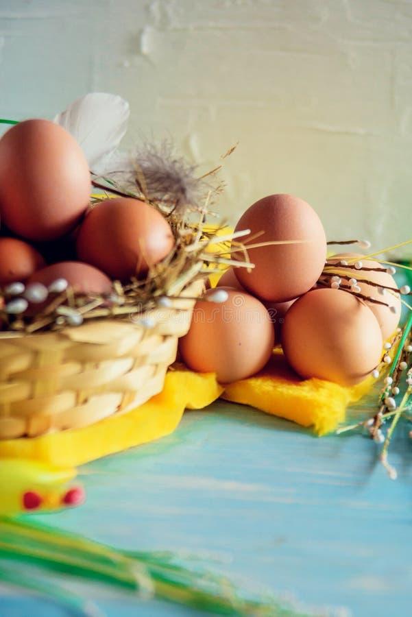 Samenstelling met paaseieren in het nest, het decor, de voorbereiding voor Pasen op blauwe houten achtergrond stock fotografie