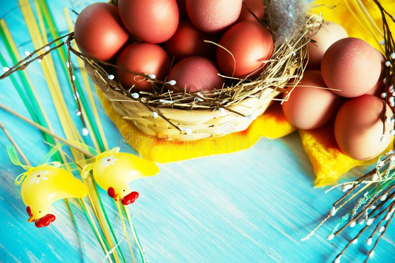 Samenstelling met paaseieren in het nest, het decor, de voorbereiding voor Pasen op blauwe houten achtergrond stock afbeeldingen