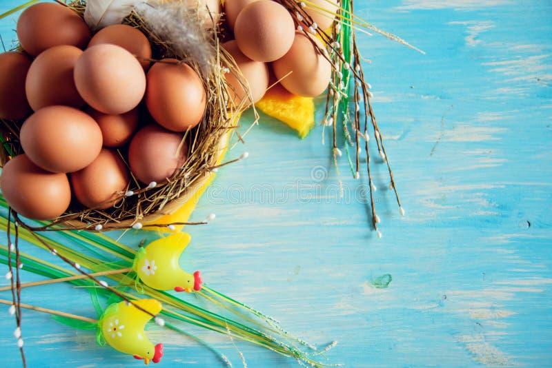 Samenstelling met paaseieren in het nest, het decor, de voorbereiding voor Pasen op blauwe houten achtergrond royalty-vrije stock afbeelding