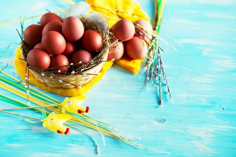 Samenstelling met paaseieren in het nest, het decor, de voorbereiding voor Pasen op blauwe houten achtergrond stock afbeelding