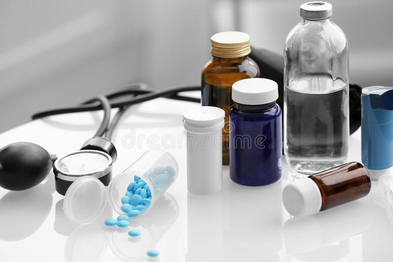 Samenstelling met pillen en flessen stock fotografie