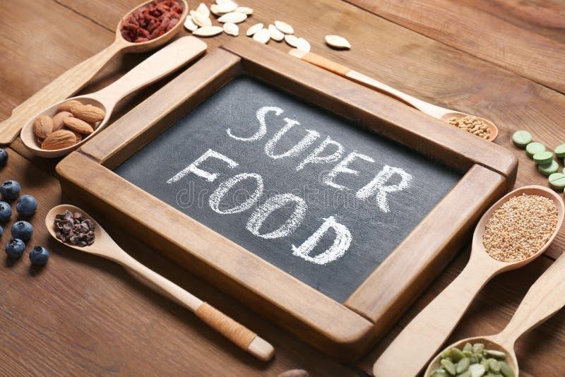 Download Samenstelling Met Schoolbord En Assortiment Van Superfood Stock Foto - Afbeelding bestaande uit organisch, producten: 107702548