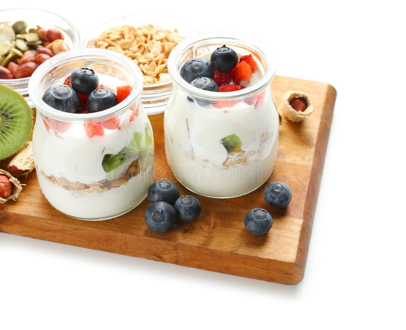 Samenstelling met smakelijke yoghurt op witte achtergrond royalty-vrije stock afbeeldingen