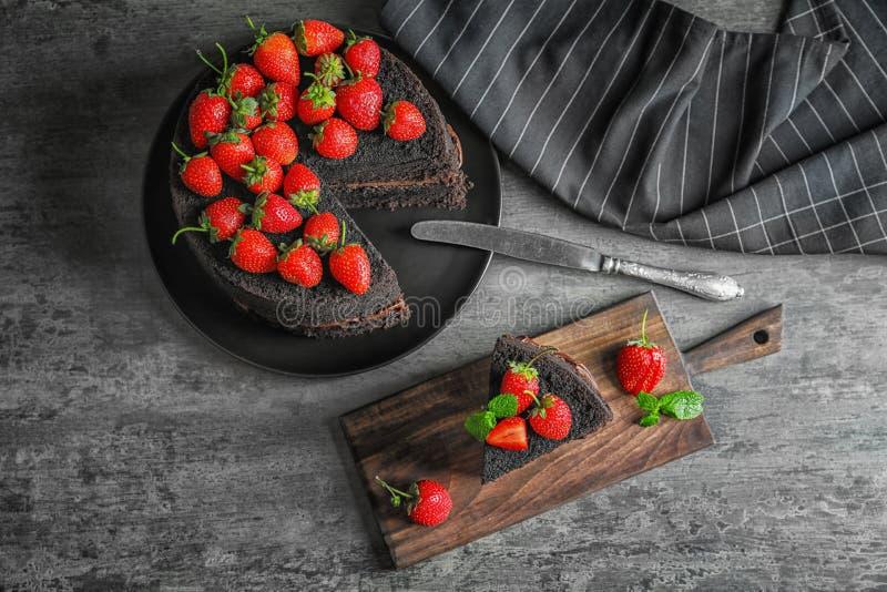 Samenstelling met stuk van heerlijke chocoladecake royalty-vrije stock fotografie