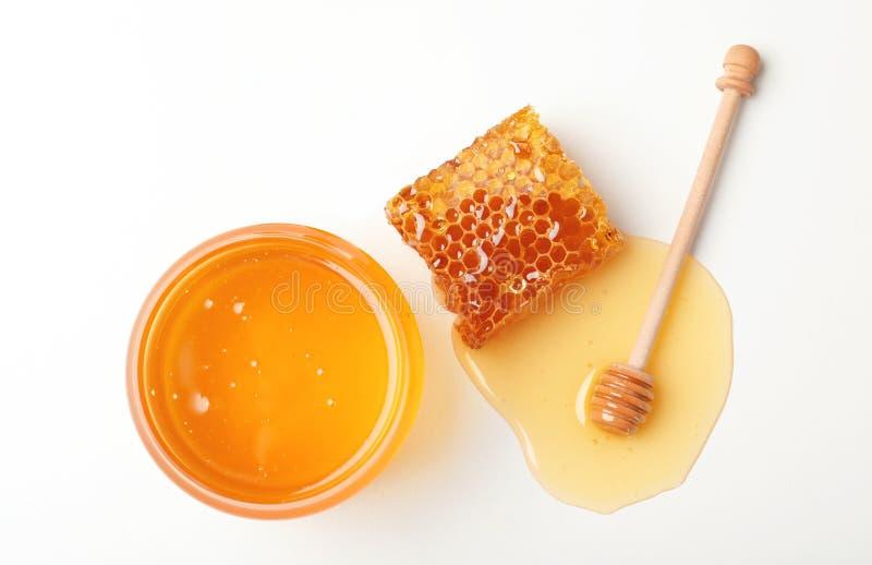 Samenstelling met verse honing op witte achtergrond royalty-vrije stock foto