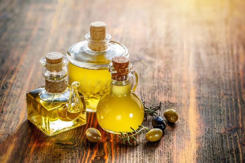 Samenstelling met verse olijfolie stock foto's