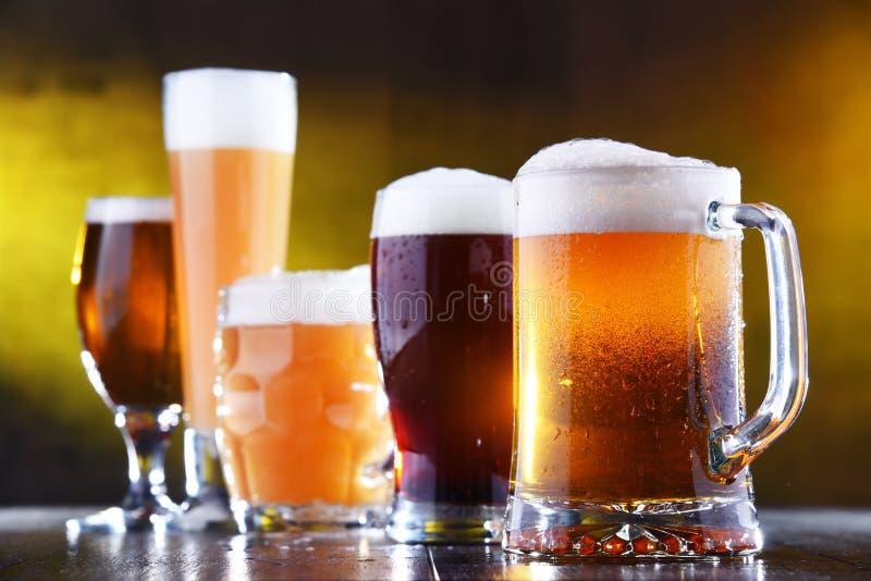 Samenstelling met vijf glazen bier stock foto's