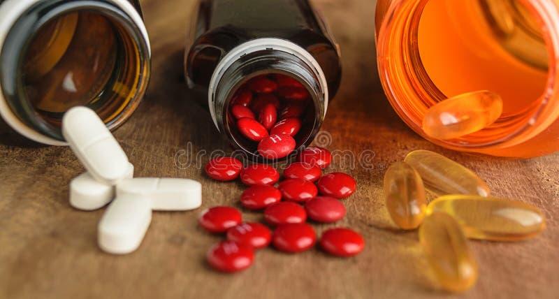 Samenstelling met voedingssupplementcapsules en containers stock foto's