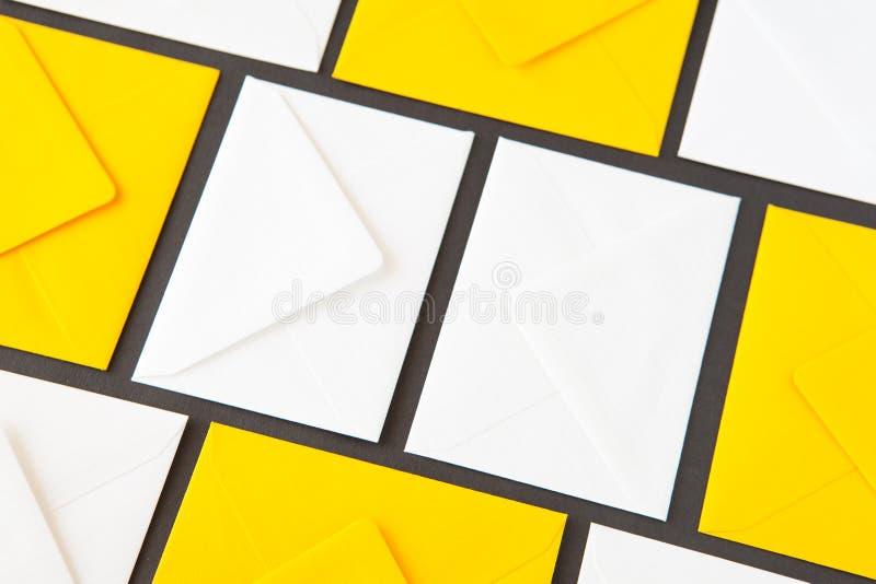 Samenstelling met wit en geel, enveloppen op de lijst royalty-vrije illustratie