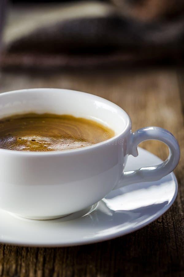 Samenstelling met witte kop van koffie stock fotografie