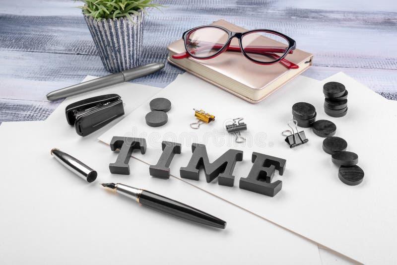 """Samenstelling met woord \ """"Tijd \"""" en kantoorbehoeften op lijst Het Concept van het tijdbeheer royalty-vrije stock foto"""