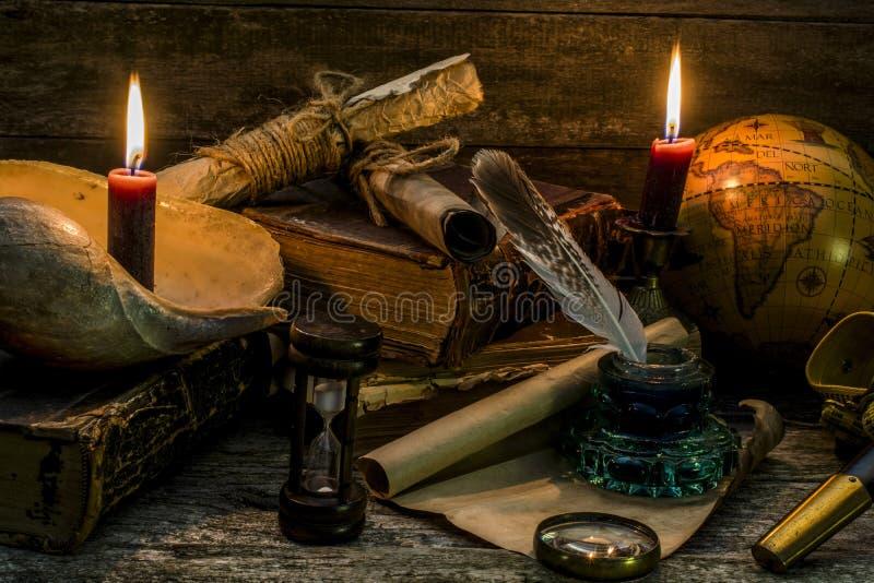 Samenstelling op een thema mariene avonturen en reizen Voorwerpen onder oude tijden op een houten achtergrond royalty-vrije stock foto