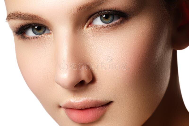 Samenstelling & schoonheidsmiddelen Close-upportret van mooie vrouw modelf stock afbeelding