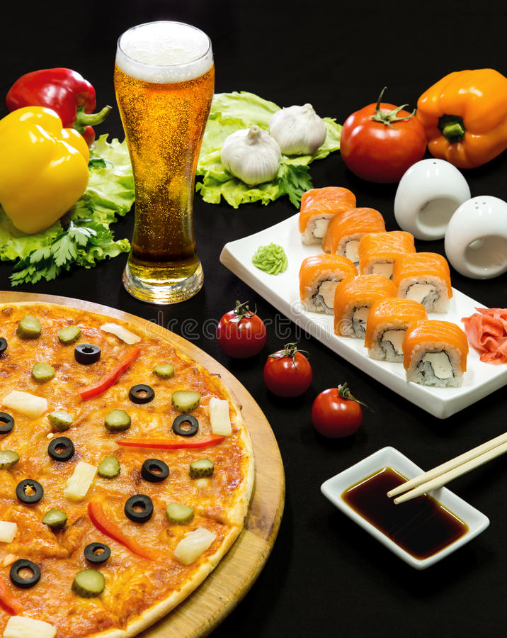 Samenstelling van biersushi en pizza royalty-vrije stock afbeeldingen