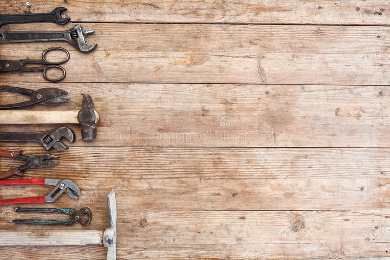 Samenstelling van bouwhulpmiddelen op een oude geslagen houten oppervlakte van hulpmiddelen: buigtang, pijpmoersleutel, schroeved royalty-vrije stock afbeeldingen