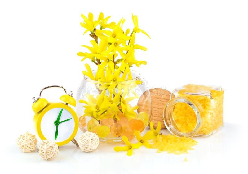 Samenstelling van de lente gele bloemen, aromazout en alarm CLO stock afbeeldingen
