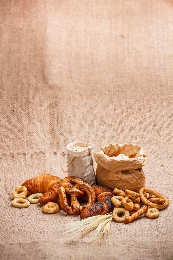 Samenstelling van diverse gebakken producten stock foto's