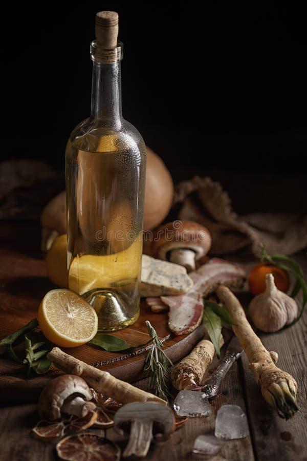 Samenstelling van diverse levensmiddelen op een houten lijst Hoogste mening stock afbeelding