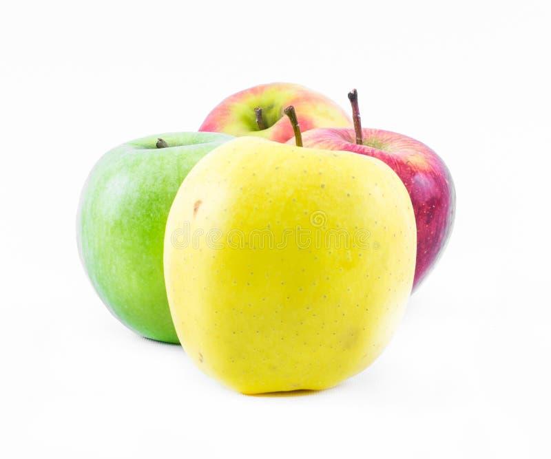 Samenstelling van drie die types van appelen naast elkaar op een witte groen, gele achtergrond worden opgesteld - en rood - still stock foto's