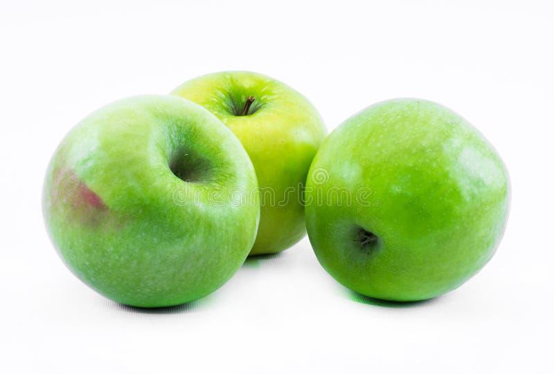 Samenstelling van drie groene appelen op een witte achtergrond - stilleven stock foto