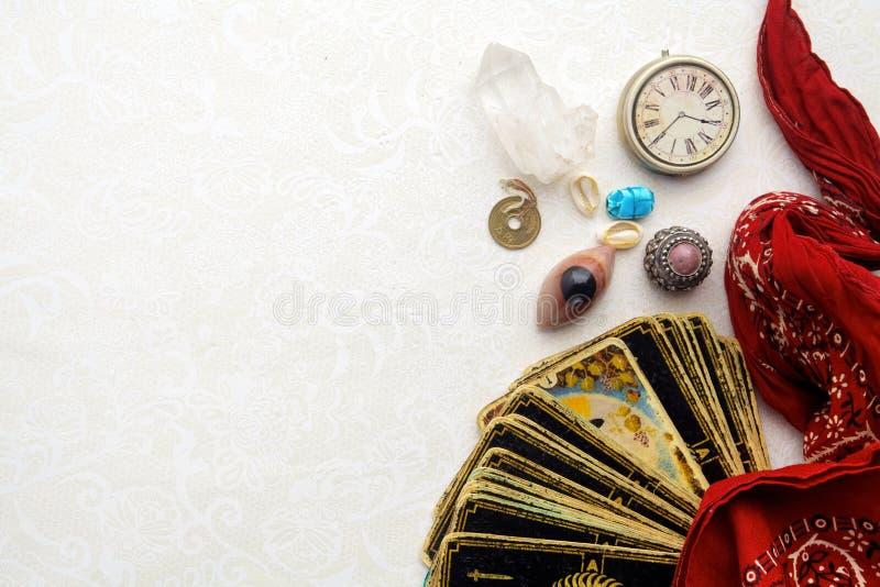 Samenstelling van esoterische die voorwerpen, voor het helen en fortuin-vertelt wordt gebruikt stock foto