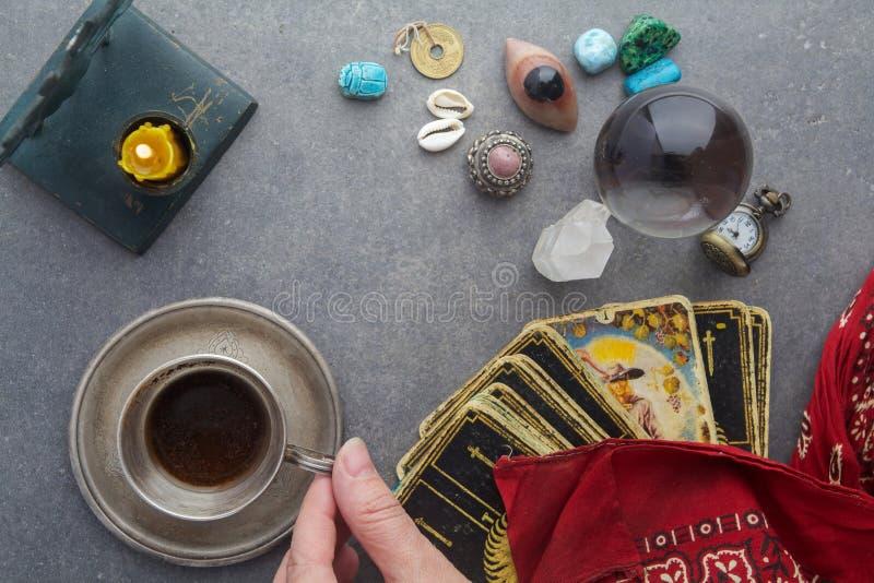 Samenstelling van esoterische die voorwerpen, voor het helen en fortuin-vertelt wordt gebruikt stock foto's
