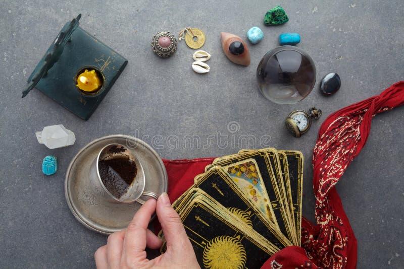 Samenstelling van esoterische die voorwerpen, voor het helen en fortuin-vertelt wordt gebruikt stock afbeeldingen