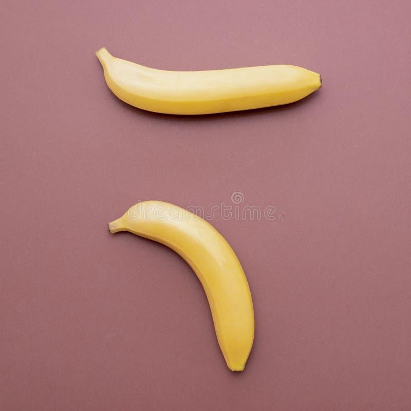 Samenstelling van gele bananen aan vertoningsproblemen met de kracht van mensen stock foto's
