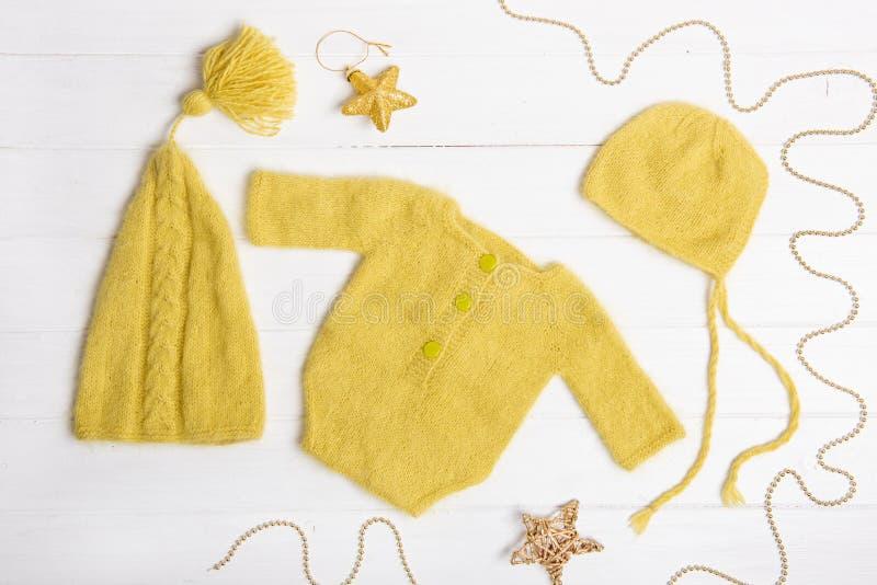 Samenstelling van gele kostuum en hoeden stock afbeeldingen