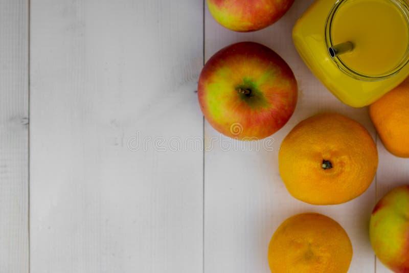 Samenstelling van gezond detoxsap smoothie Gezonde Groenten en Vruchten royalty-vrije stock foto's