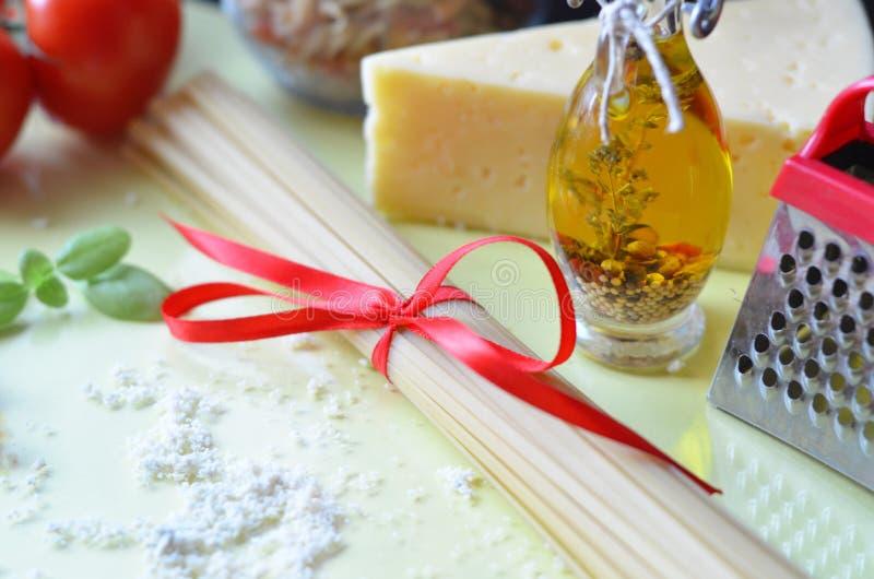 samenstelling van gezonde voedselingrediënten op witte achtergrond, hoogste mening Ingrediënten voor het maken macron, spaghetti, stock afbeelding