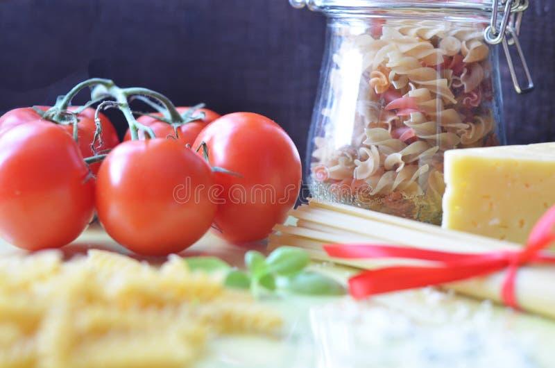 samenstelling van gezonde voedselingredi?nten op witte achtergrond, hoogste mening Ingredi?nten voor het maken macron, spaghetti, stock afbeelding