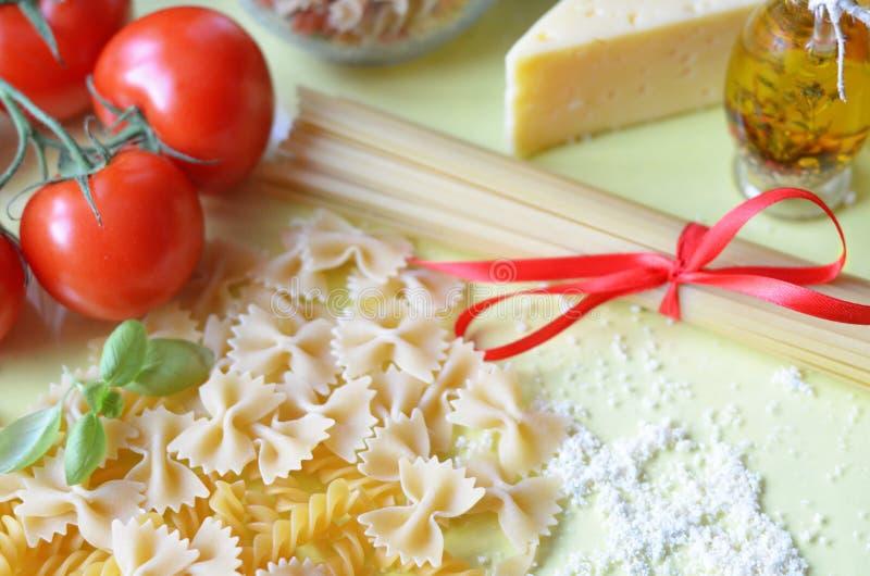samenstelling van gezonde voedselingredi?nten op witte achtergrond, hoogste mening Ingredi?nten voor het maken macron, spaghetti, royalty-vrije stock afbeeldingen