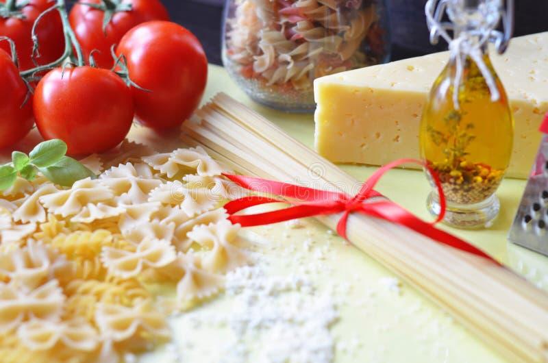 samenstelling van gezonde voedselingredi?nten op witte achtergrond, hoogste mening Ingredi?nten voor het maken macron, spaghetti, stock afbeeldingen