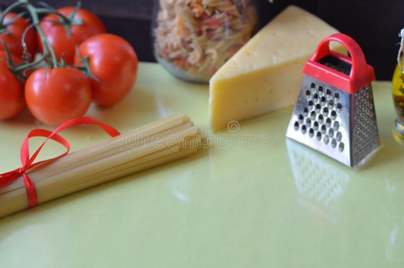 samenstelling van gezonde voedselingredi?nten op witte achtergrond, hoogste mening Ingredi?nten voor het maken macron, spaghetti, royalty-vrije stock fotografie