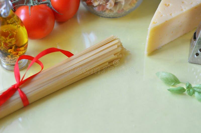 samenstelling van gezonde voedselingredi?nten op witte achtergrond, hoogste mening Ingredi?nten voor het maken macron, spaghetti, royalty-vrije stock foto