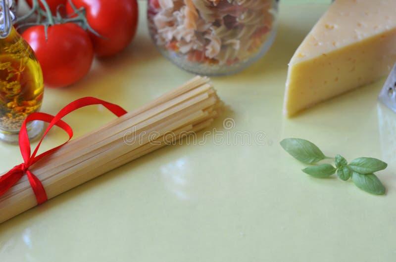 samenstelling van gezonde voedselingredi?nten op witte achtergrond, hoogste mening Ingredi?nten voor het maken macron, spaghetti, royalty-vrije stock foto's