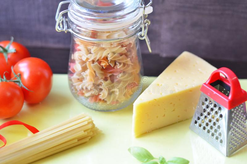 samenstelling van gezonde voedselingredi?nten op witte achtergrond, hoogste mening Ingredi?nten voor het maken macron, spaghetti, stock foto's