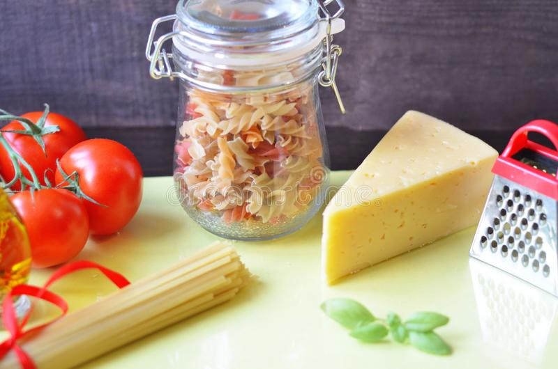 samenstelling van gezonde voedselingredi?nten op witte achtergrond, hoogste mening Ingredi?nten voor het maken macron, spaghetti, stock fotografie