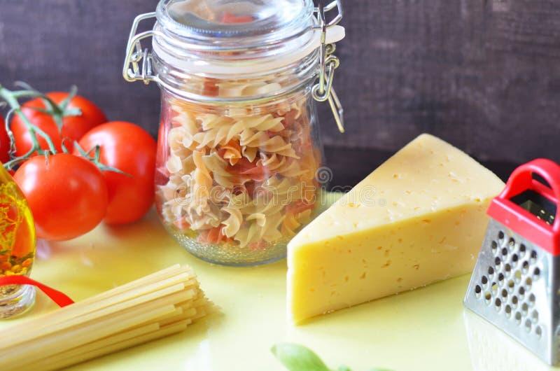samenstelling van gezonde voedselingredi?nten op witte achtergrond, hoogste mening Ingredi?nten voor het maken macron, spaghetti, royalty-vrije stock afbeelding
