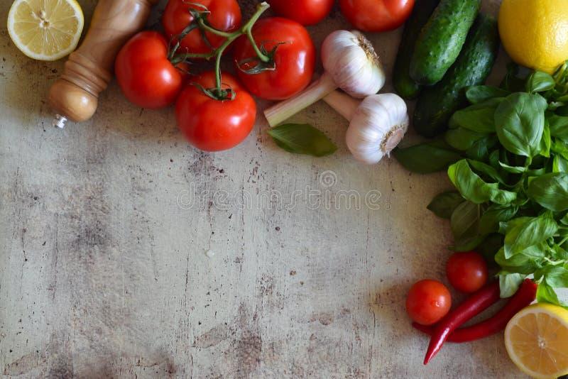 Samenstelling van groenten op een mooie achtergrond stock foto's