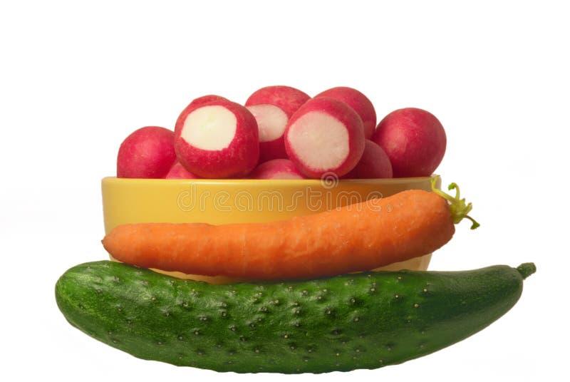Samenstelling van groenten verse natuurlijke wortelen, sappige komkommer en een plaat van radijs Organische vermageringsdieet gez stock afbeelding